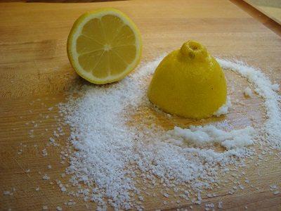 cara memutihkan gigi lemon
