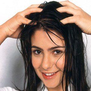 Cara Agar Rambut Tidak Kering pijat kulit kepala