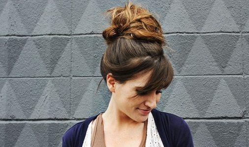 cara menata rambut panjang top knot