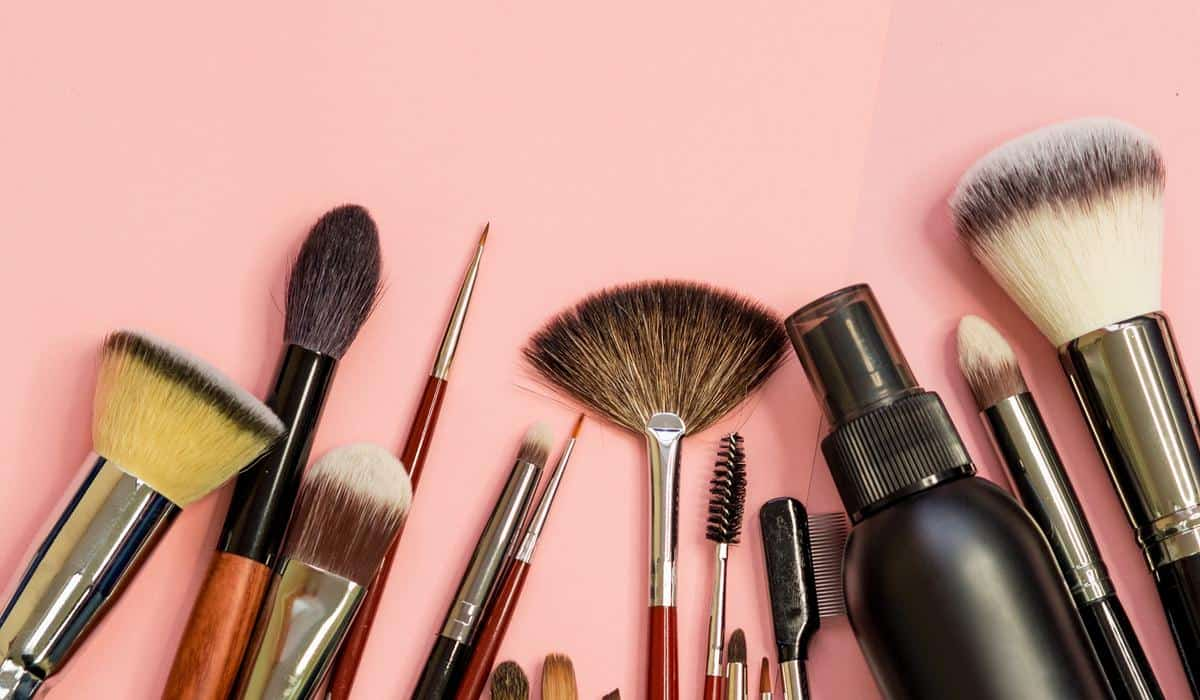 cara menghilangkan jerawat_bersihkan alat makeup (Copy)
