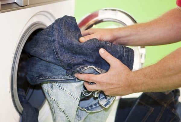 mencuci jeans di mesin cuci