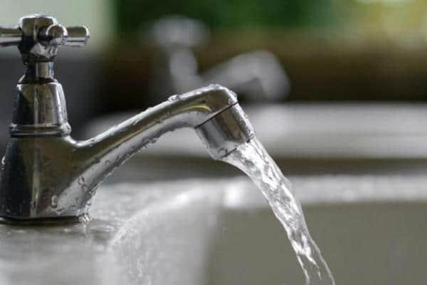 Menggunakan air berlebihan saat mandi