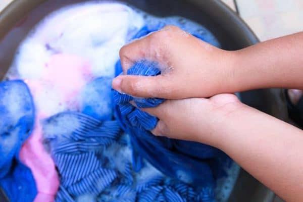 Cara mencuci baju yang ternoda minyak