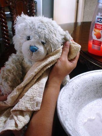Cara mencuci boneka dengan tangan