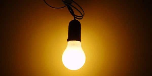 Nyalakan lampu di loteng dan bagian luar rumah cara mengusir kelelawar