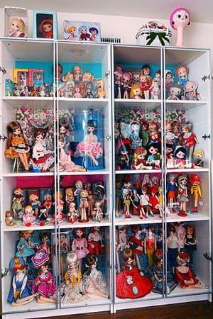 Simpan boneka di dalam lemari