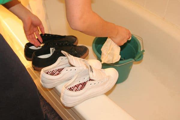 Cuci sepatu secara berkala