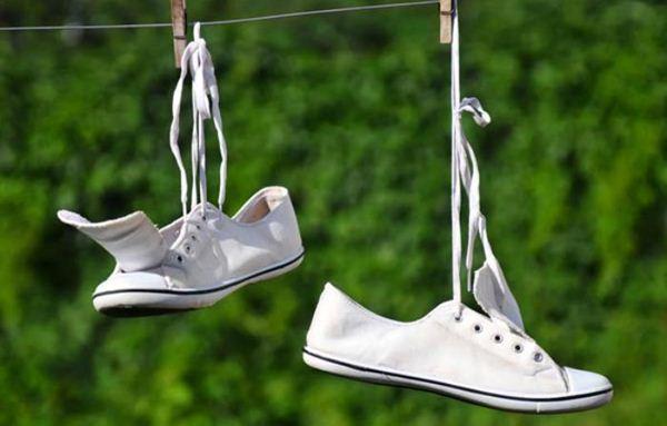 Jemur sepatu di bawah sinar matahari