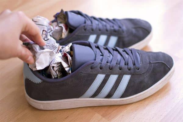 Masukkan koran bekas ke dalam sepatu Tips Menghilangkan Bau Sepatu