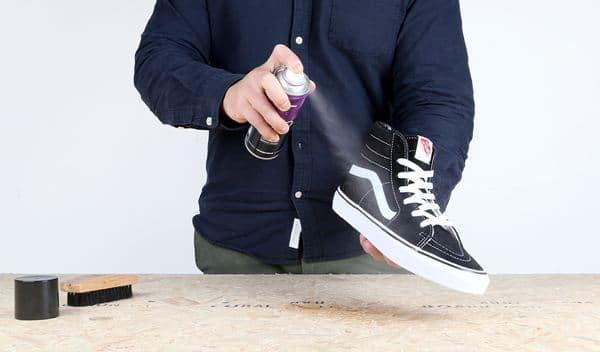 Semprotkan alkohol ke dalam sepatu