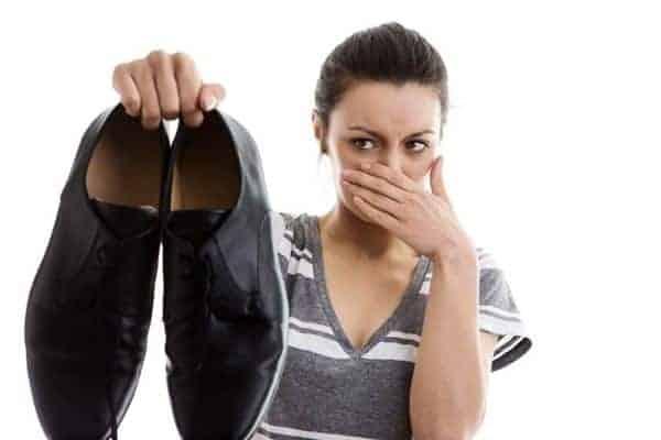 Tips menghilangkan bau sepatu