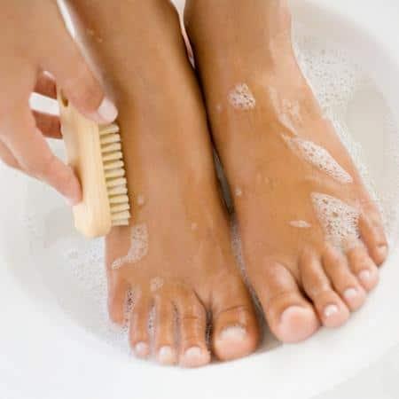 mencuci dengan antiseptik