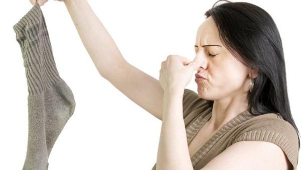cara menghilangkan bau kaos kaki