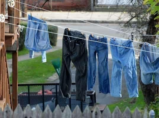 Menjemur Pakaian Berbahan Jeans