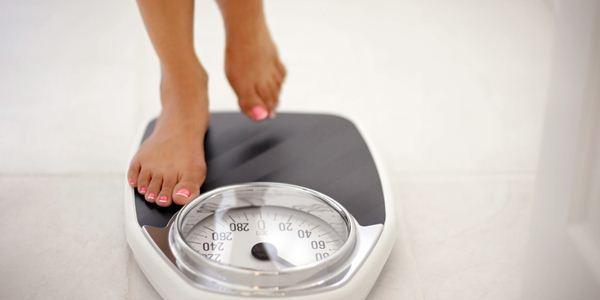 Cek berat badan setiap hari Cara Menjaga Berat Badan