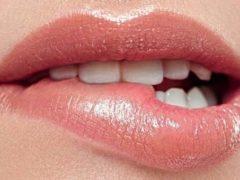 mengigit bibir