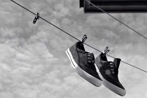 cara mengeringkan sepatu yang basah dengan cepat