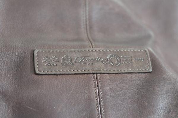 Logo Luar cara membedakan tas dan dompet Fossil asli
