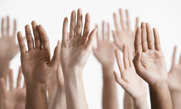 Mengangkat Tangan cara melepas cincin yang kekecilan