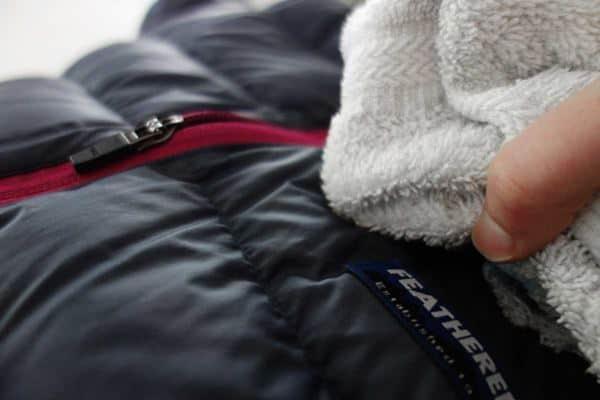 Cara Membersihkan Noda di Jaket Bulu Angsa