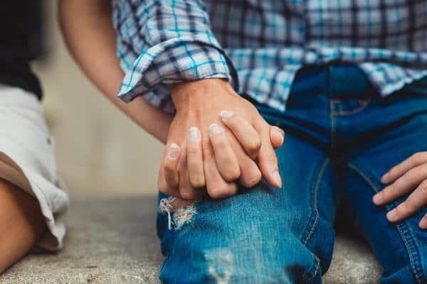 pasangan couple peluk Dapatkan Kepercayaannya