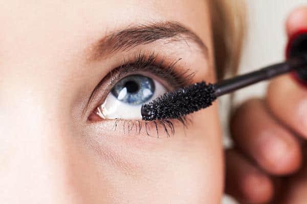 Jauhkan dari Kosmetik cara merawat softlens yang jarang dipakai