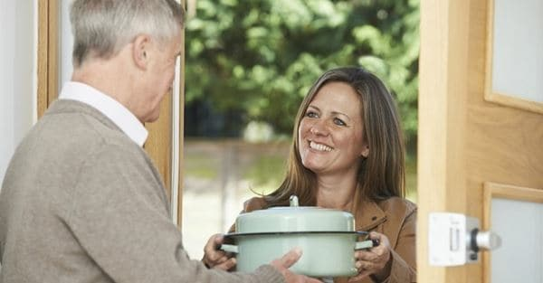 Dekati Agar Saling Mengenal Cara Menghadapi Tetangga yang Jahat