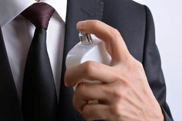 Jangan Menyemprot Parfum pada Jas