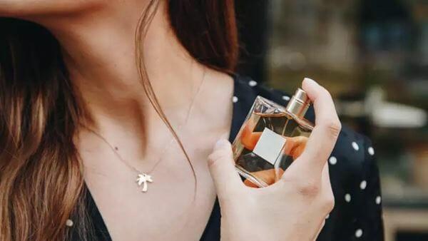 Hindari Perhiasan dari Parfum atau Lotion