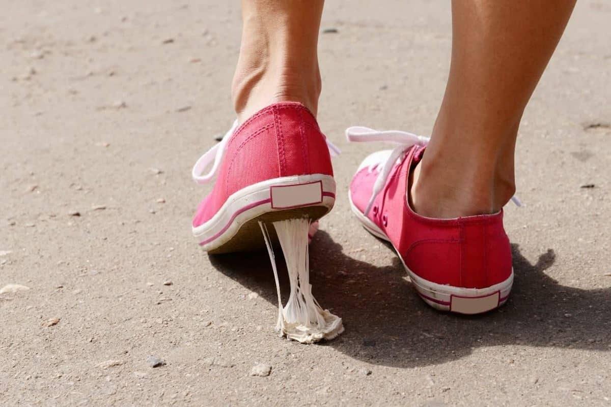 Cara Menghilangkan Permen Karet di Sepatu