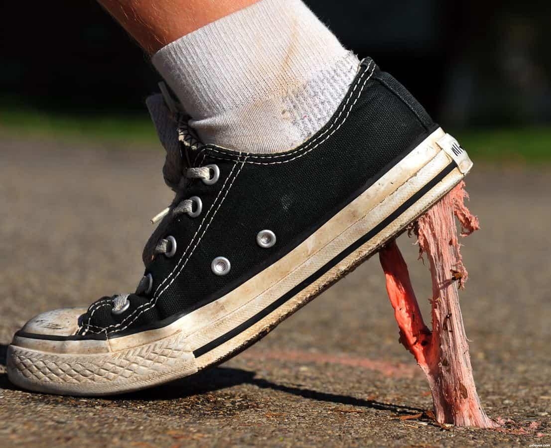 Menghilangkan Permen Karet di Alas Sepatu