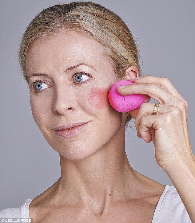 blush on dengan spons beauty blender