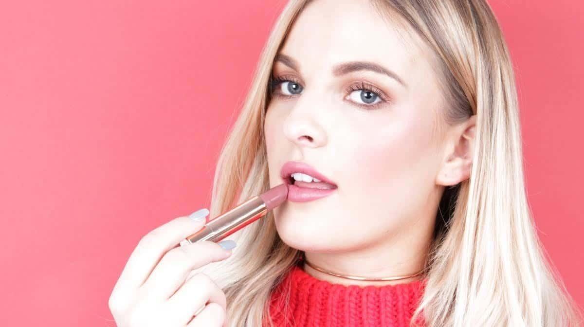 Gunakan Lipstik untuk Mewarnai Bibir dan Pipi