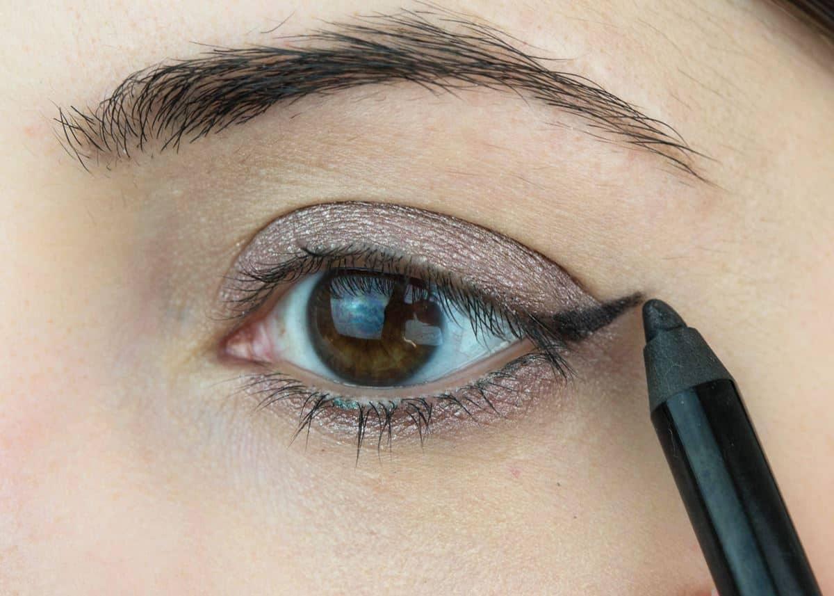 Rias Mata dengan Eyeliner Pensil