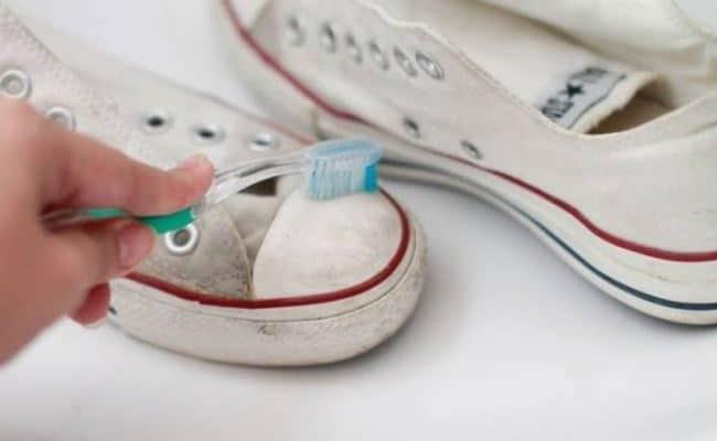 Membersihkan Noda di Pakaian dan Sepatu