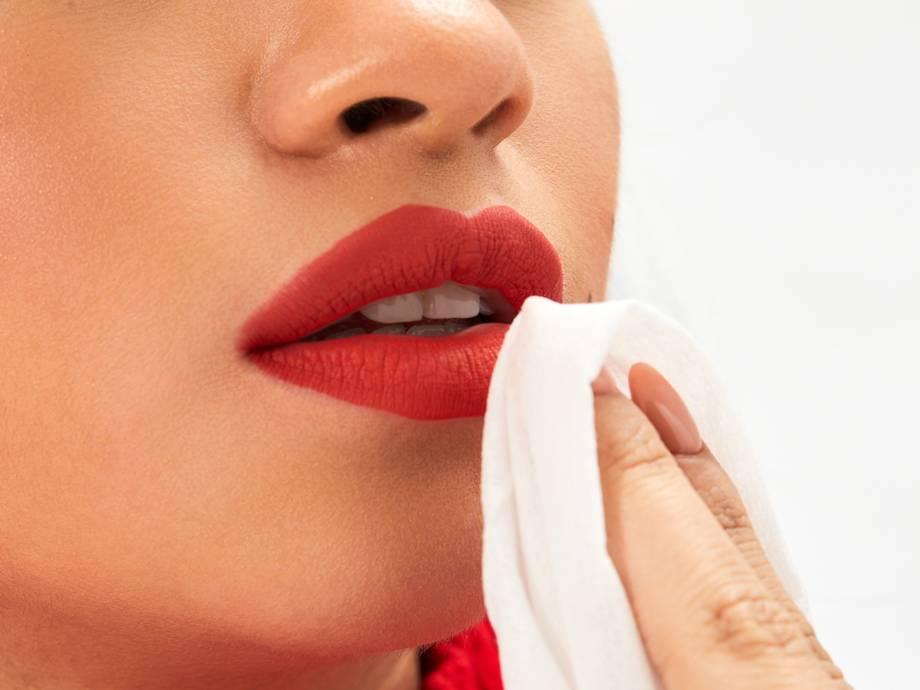 membersihkan lipstick