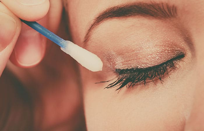 membersihkan makeup mata