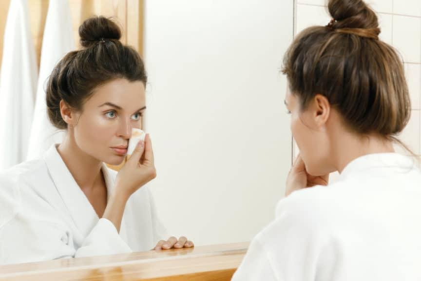 membersihkan sisa make up