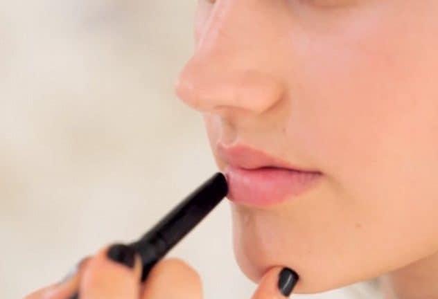 mengaplikasikan lip liner (Copy)