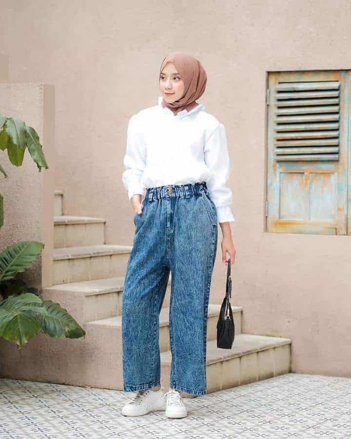 Memasukkan Blouse Warna Netral ke dalam Kulot Jeans