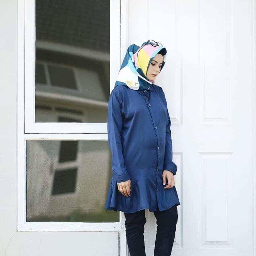 10 Inspirasi Warna Jilbab yang Cocok untuk Baju Warna Biru 19