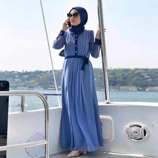 10 Inspirasi Warna Jilbab yang Cocok untuk Baju Warna Biru 3