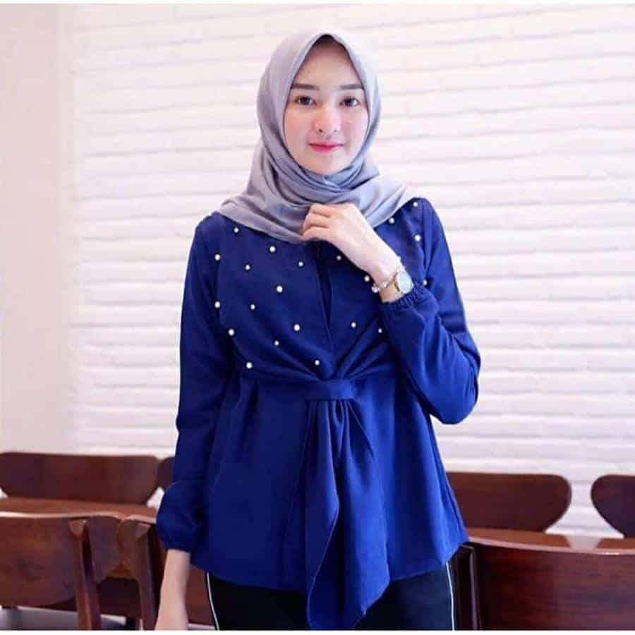 10 Inspirasi Warna Jilbab yang Cocok untuk Baju Warna Biru 9