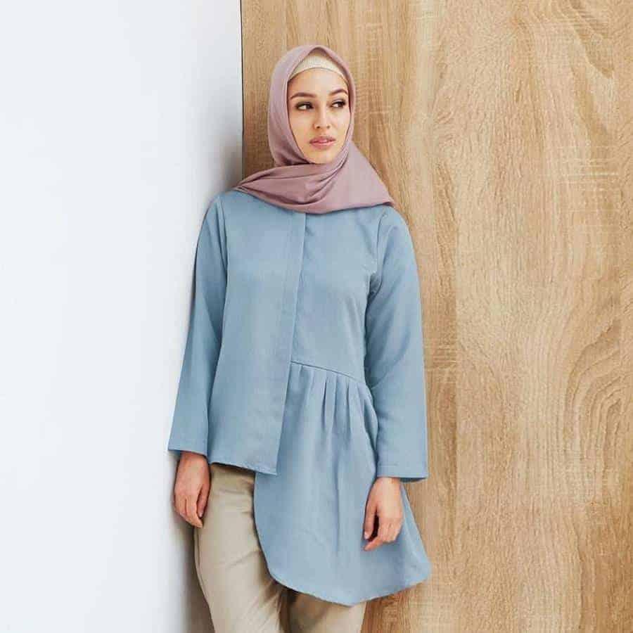 10 Inspirasi Warna Jilbab yang Cocok untuk Baju Warna Biru 13