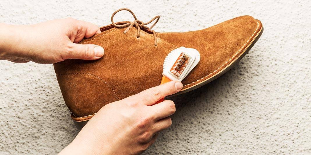 Cara membersihkan sepatu suede_gunakan suede brush (Copy)