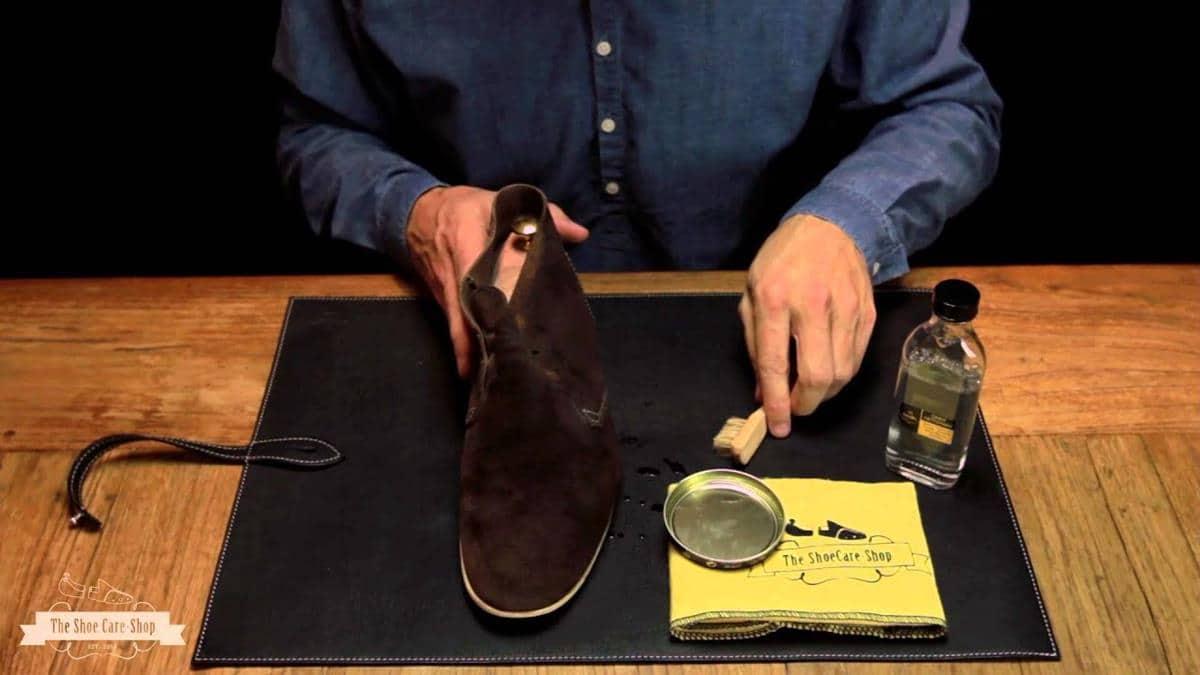 Cara membersihkan sepatu suede_serahkan pada professional (Copy)