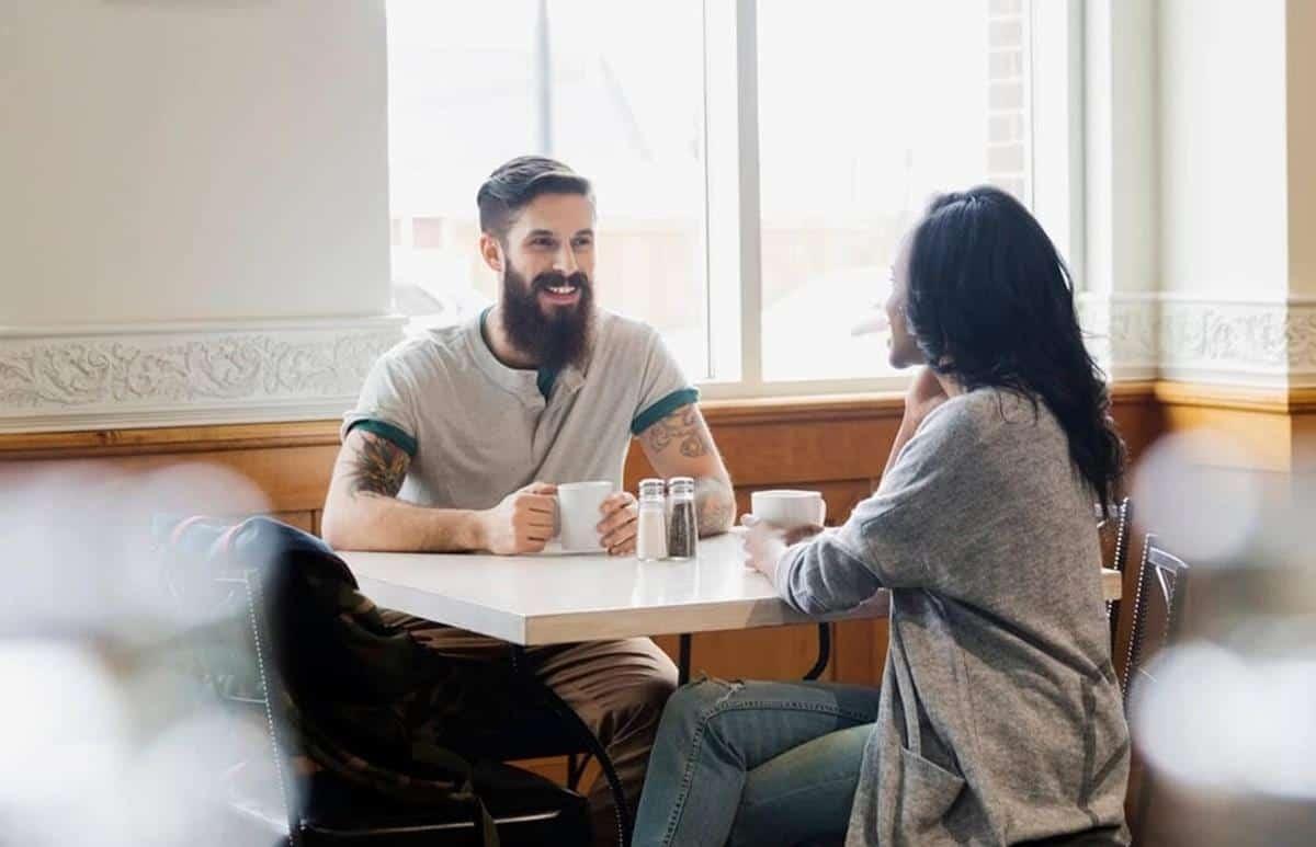 cara mendekati wanita pemalu_Aktif untuk Mengajaknya Berbicara