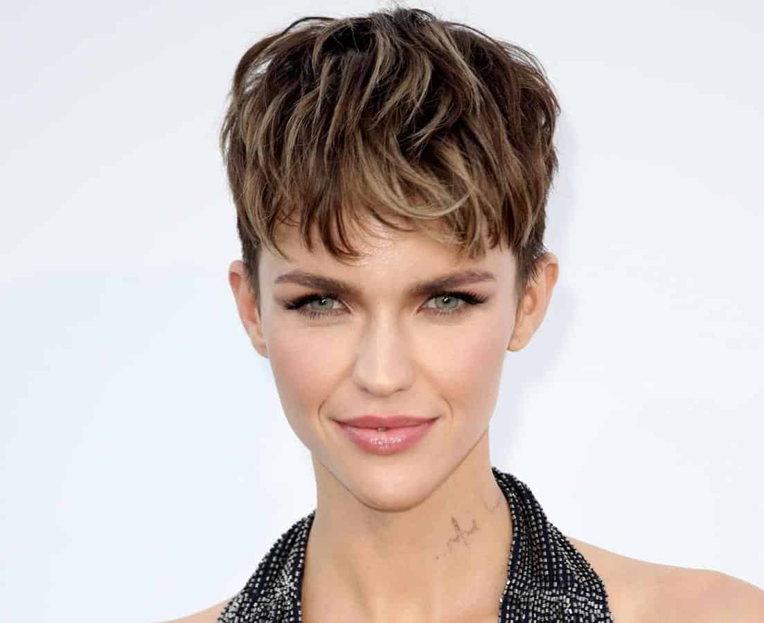 model rambut pendek wanita_Classic Short Pixie Cut with Bangs