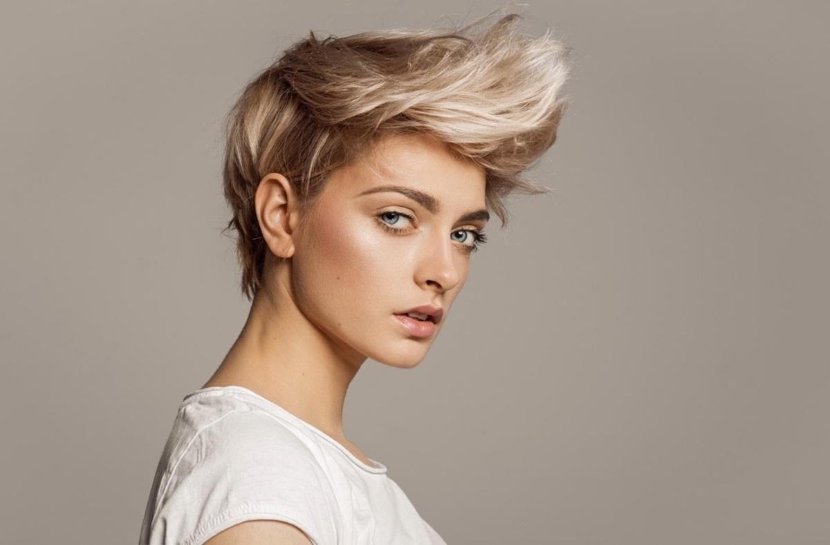 model rambut pendek wanita_Messy Textured Angular Pixie