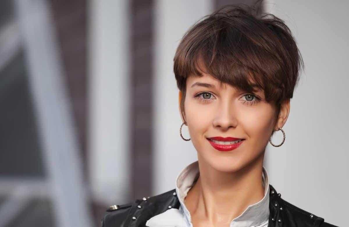model rambut pendek wanita_Pixie Cut With Side Swept Bangs
